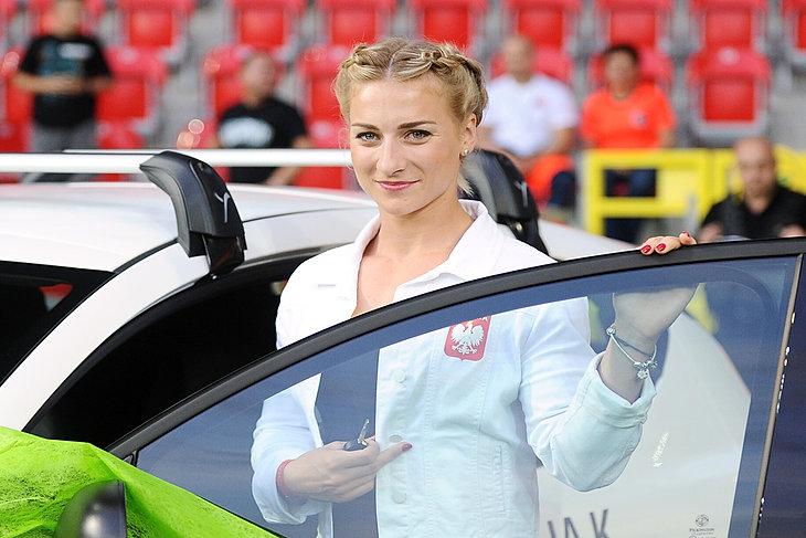 Karolina Naja odbiera podziękowania i samochód od prezydenta miasta Tychy
